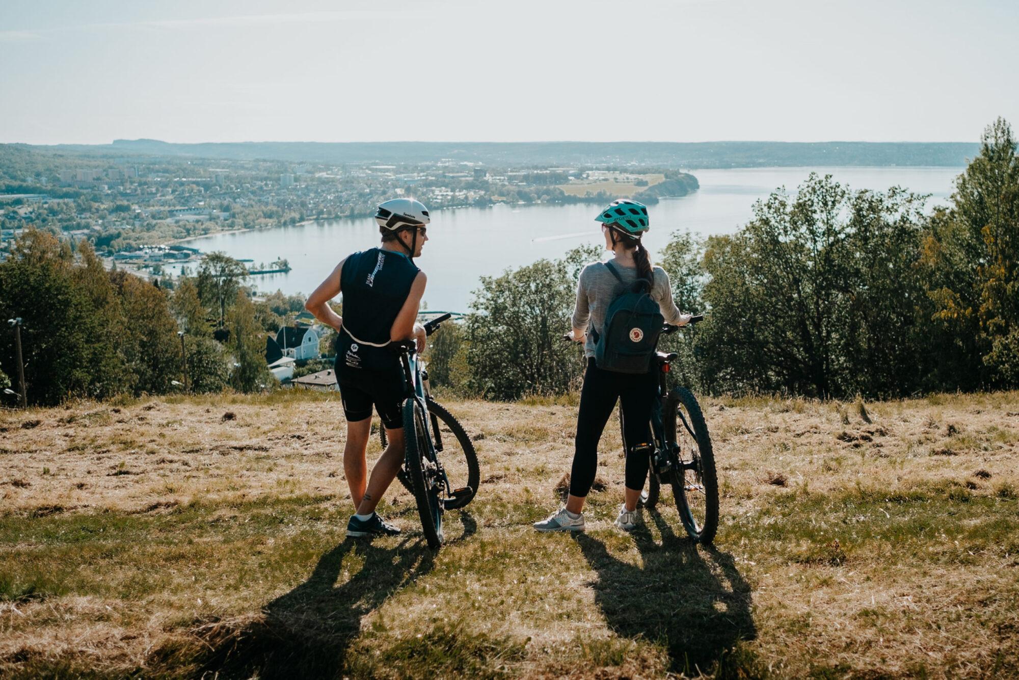Två kvinnor på mountainbikes på berget vid IKHP-stugan i Huskvarna, foto av The Common Wanderer