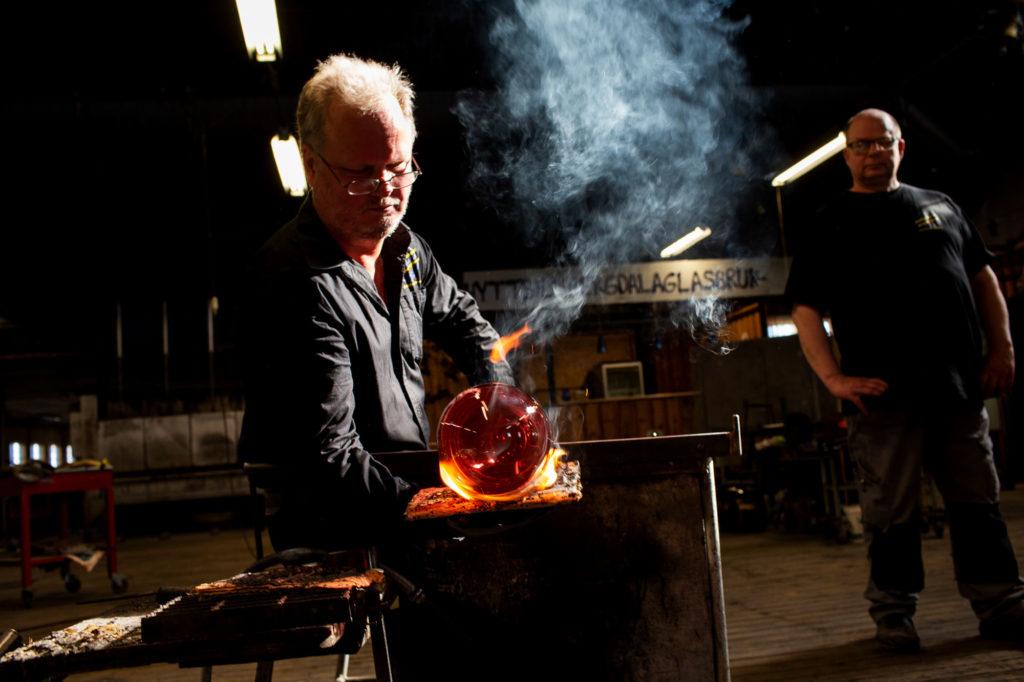 Glasblåsare tillverkar glas i glasriket i Småland, Bergdalahyttan