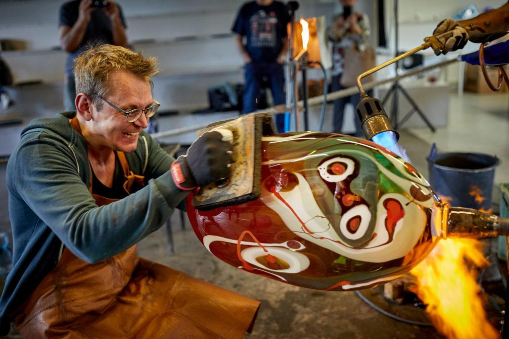 Glasblåsare kämpar med varmt glas i Glasriket i Småland
