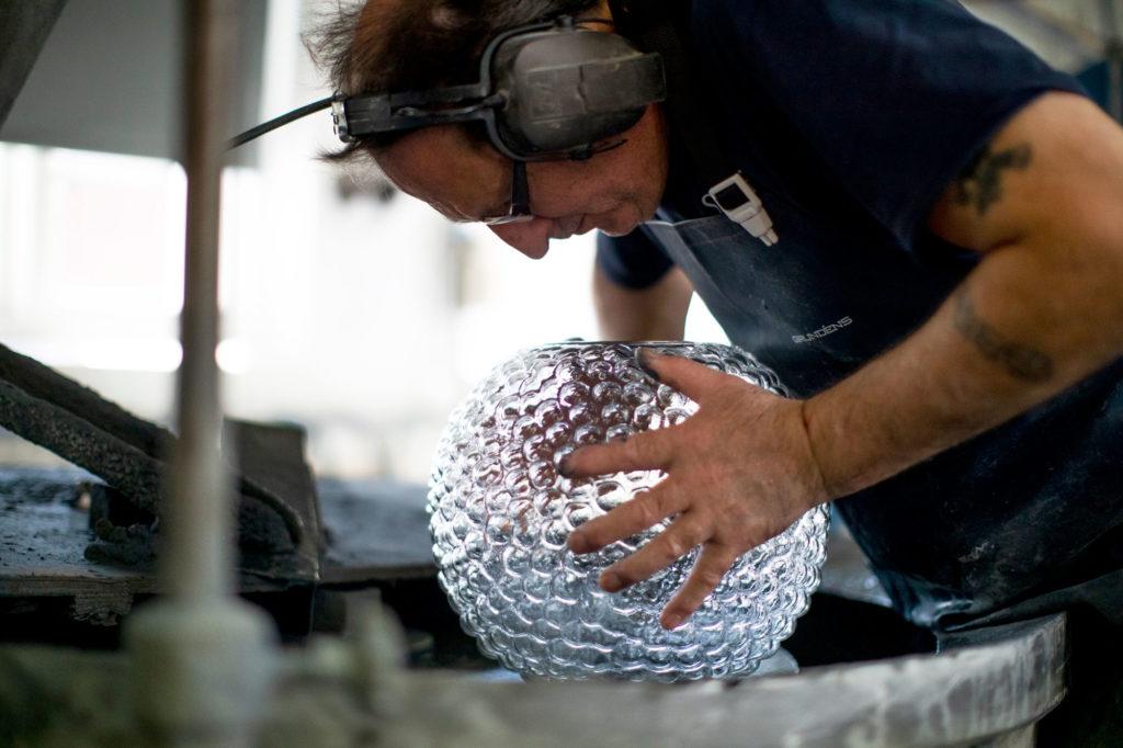 Skruf glasbruk arbetar med Dagg som säljs av Svenskt Tenn
