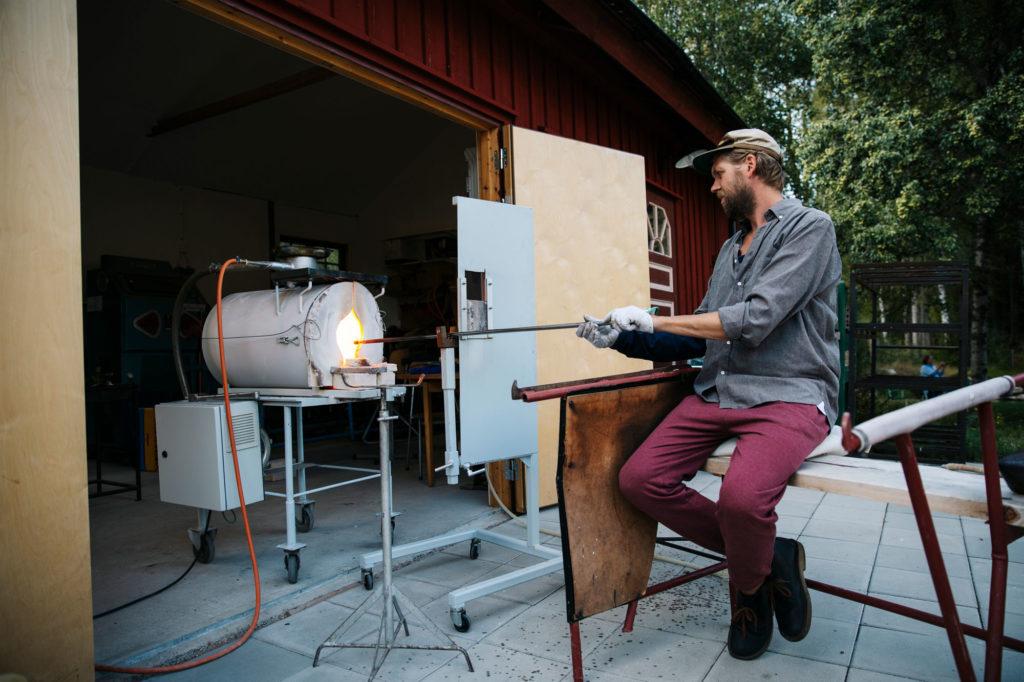 Morgan Persson blåser glas vid sina lilla glashytta i Småland