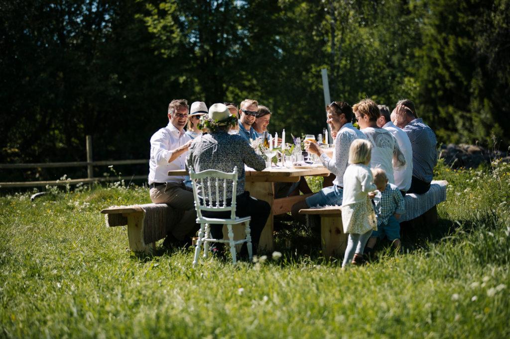 Familj njuter av The Edible Table vid Kastebergs Gård i Småland