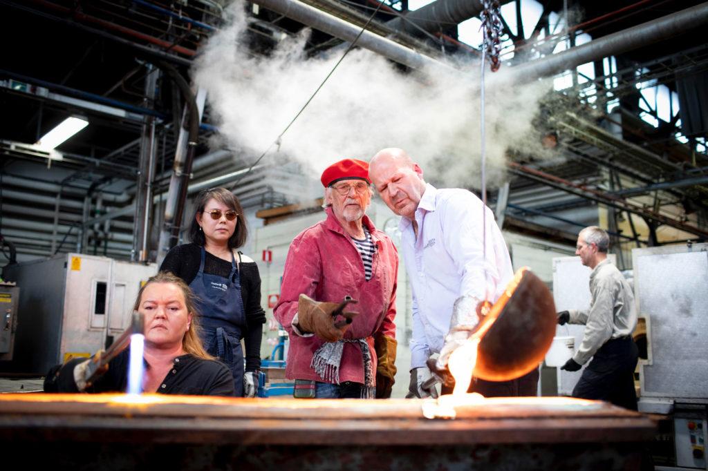 Bertil Vallien blåser glas vid Kosta glasbruk i Småland