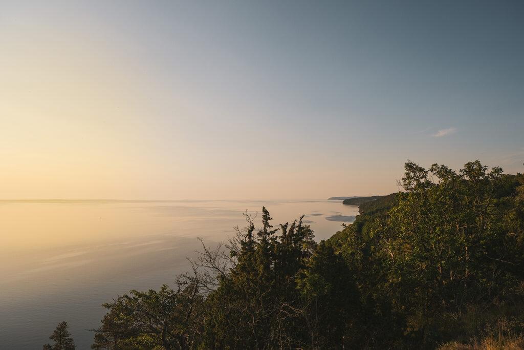 Utsikt över vättern från klevens naturstig med solnedgång