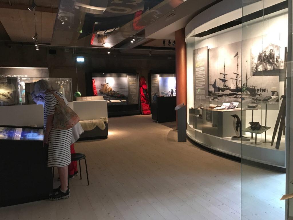 Kvinna utforskar Grenna Museum, här finns utställningar om Andrés katastrofala ballongexpedition till Nordpolen