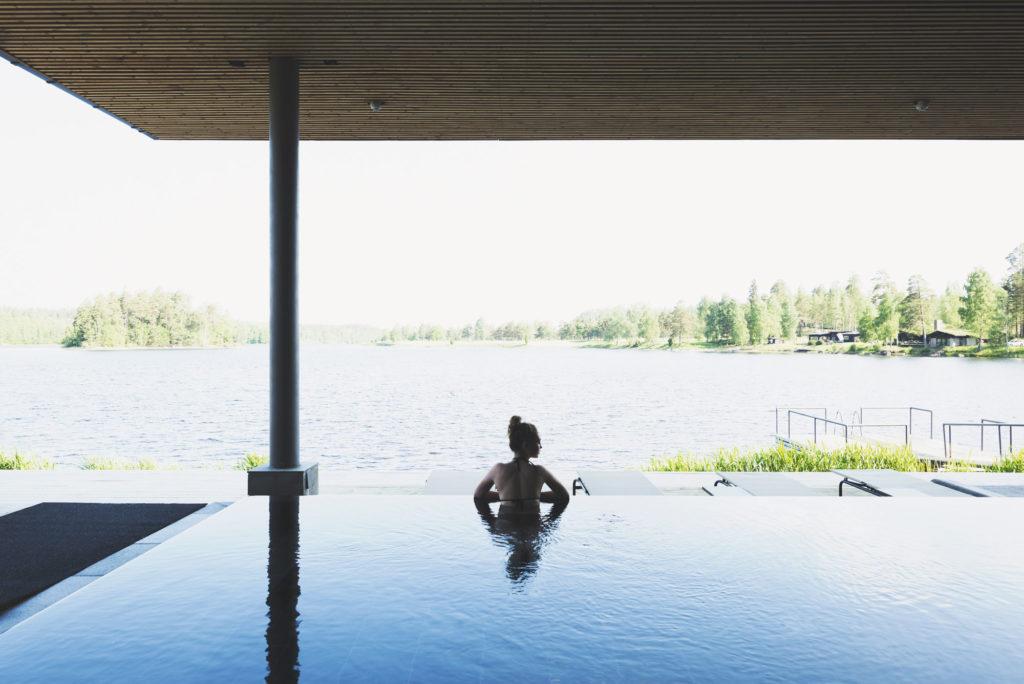 Kvinna blickar ut över sjön från spaanläggningen vid Hooks Herrgård