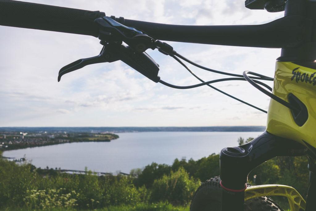 Elna Dalhstrand blickar ut över Vättern från IKHP-stugen i Huskvarna