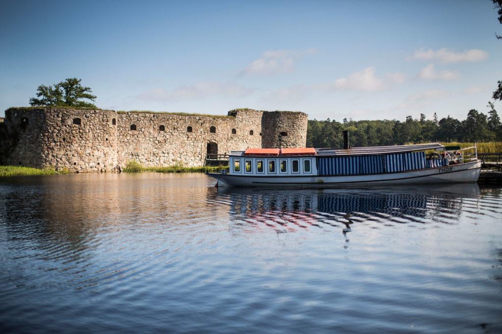 Ångaren Thor åker förbi Kronobergs slottsruin
