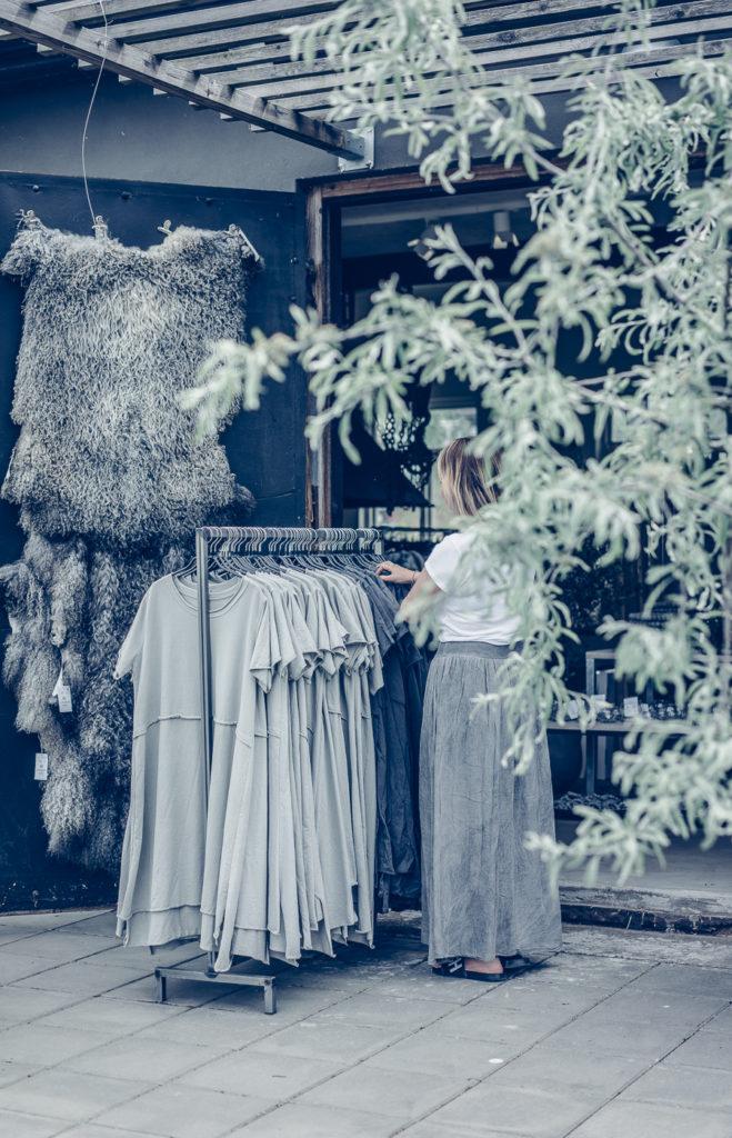 Kvinna spanar in kläder vid Grafitgrå i Kaxholmen i norra delen av Småland