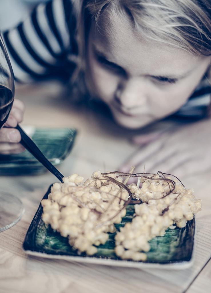 Barn smakar nyfiket på mat i Izakaya Moshi i Småland