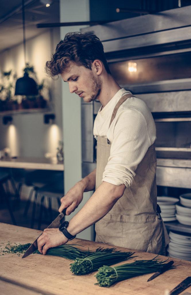 Man hackar grönsaker på restaurangen Stuk i Jönköping