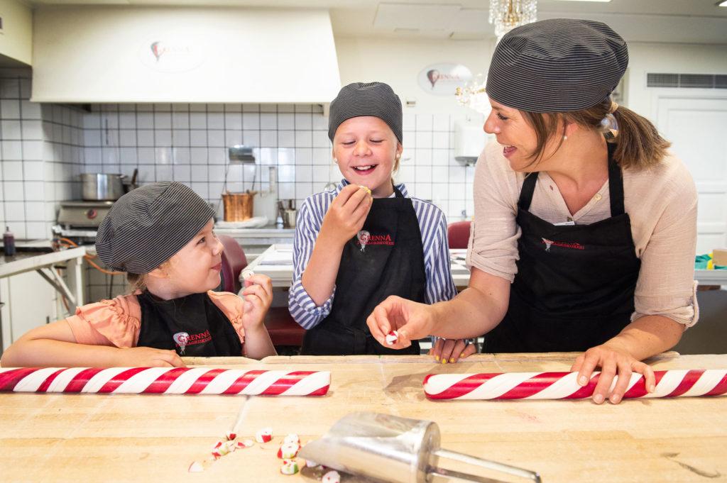 Barn och mamma testar på att baka polkagrisar i Gränna
