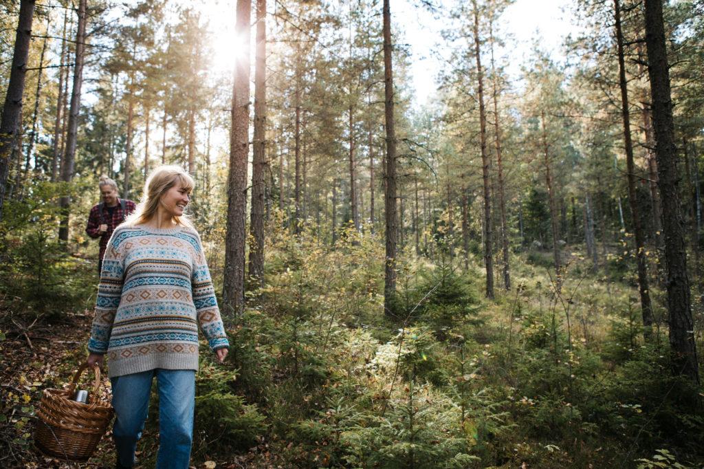 Kvinna och man går vandringsled i Småland