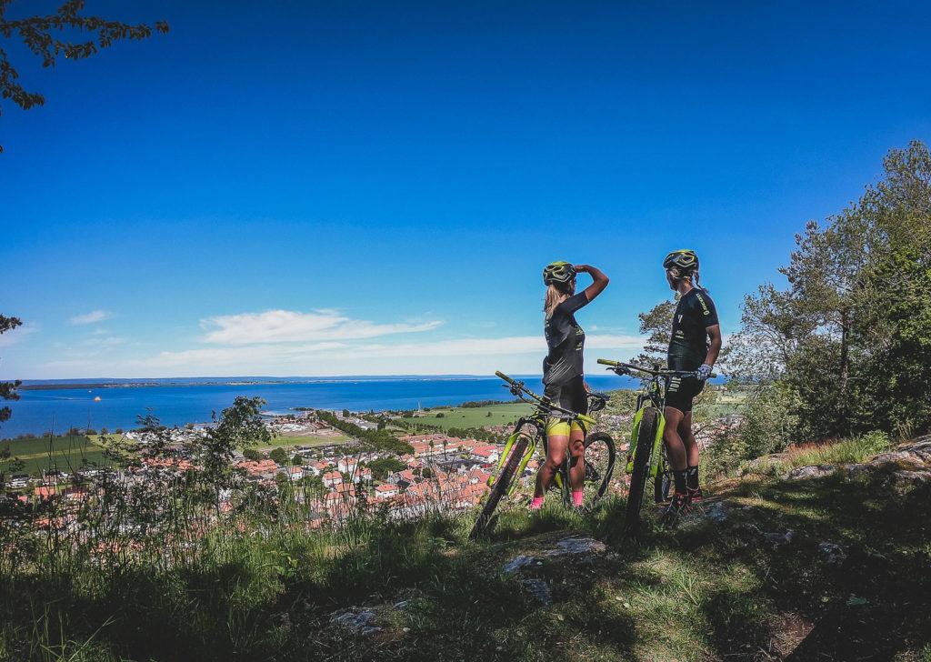 Två kvinnor blickar ut mot Vättern från Grännaberget vid sina cyklar