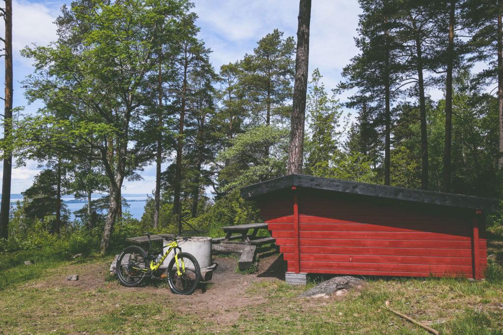 Paus vid vindskydd och grillplats på Grännaberget i Småland