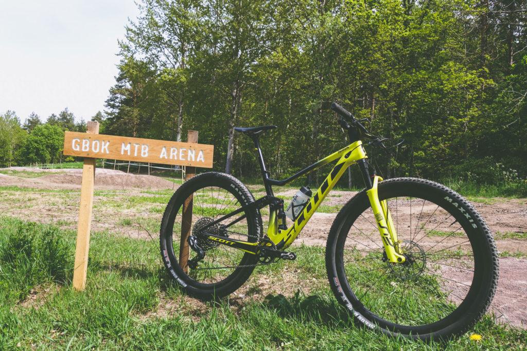 Cykel vid skylt med texten GBOK MTB ARENA på Grännaberget i Småland