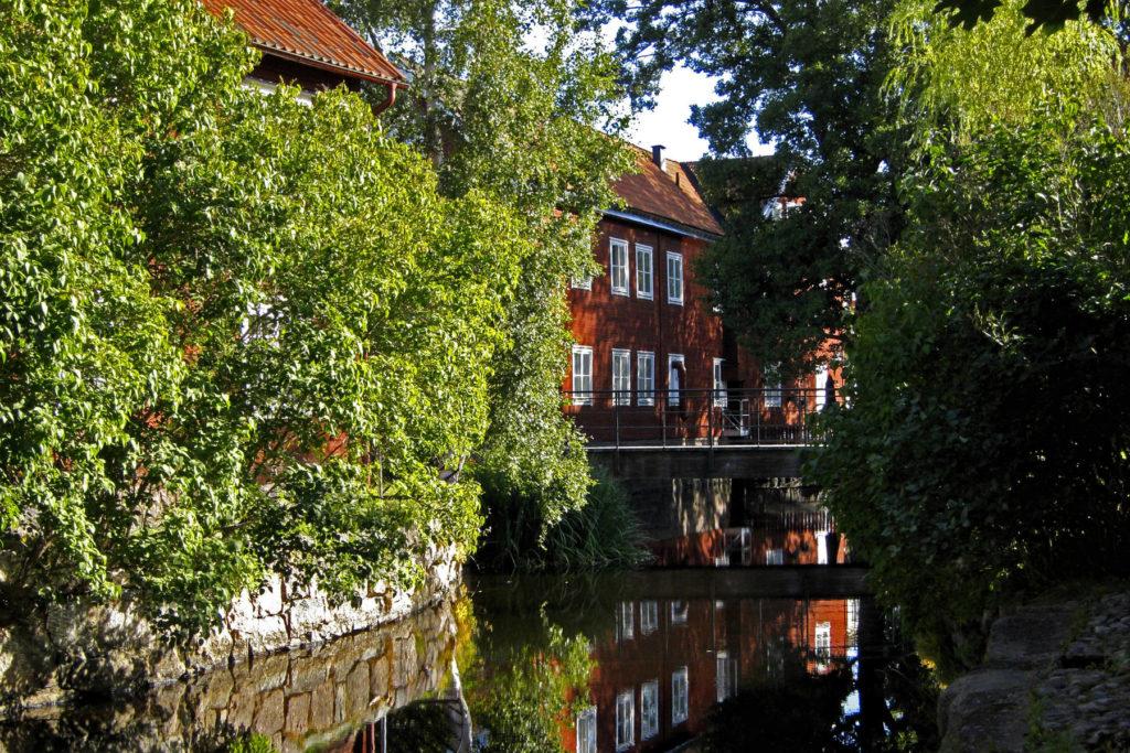 En promenad i trästaden Eksjö längs vatten och byggnader