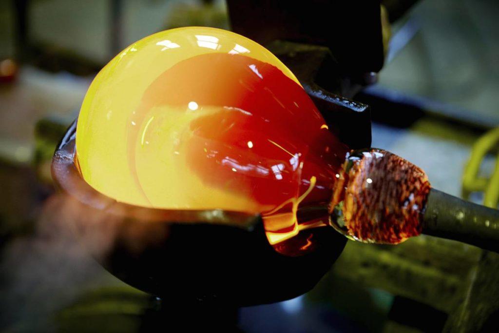 Glödande varmt glas i glashytta i Småland