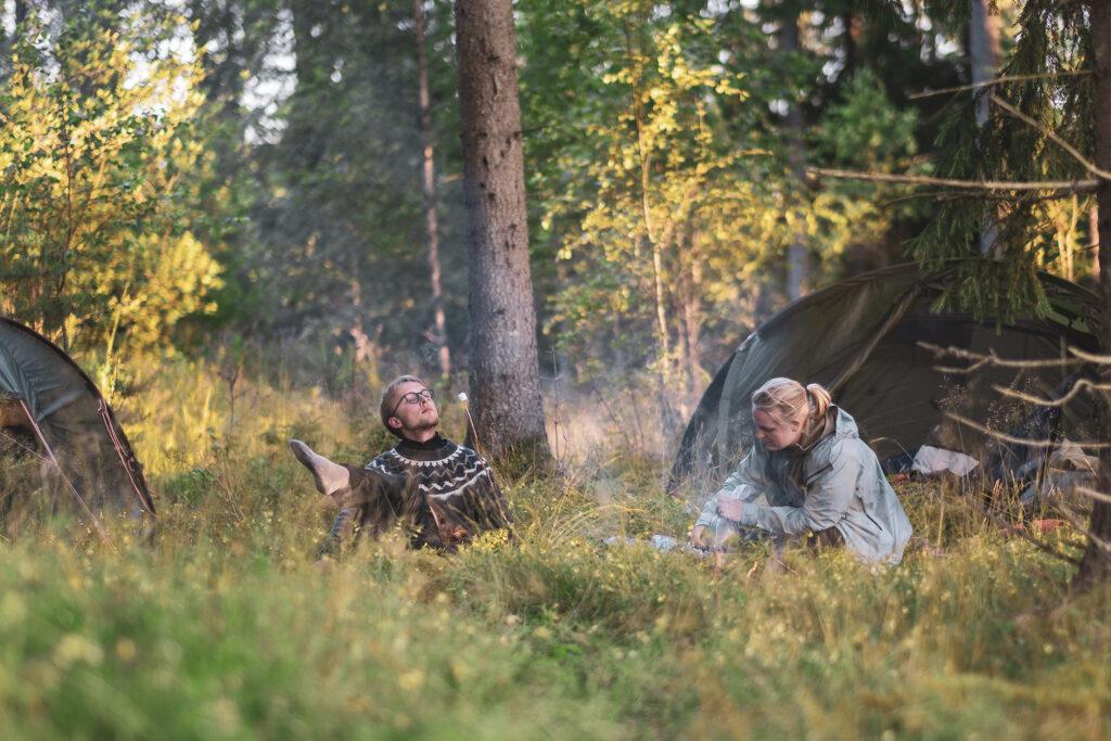 I den småländska skogen står tält uppslagna och middagen förbereds över öppen eld och kompisar vilar efter en dags paddling