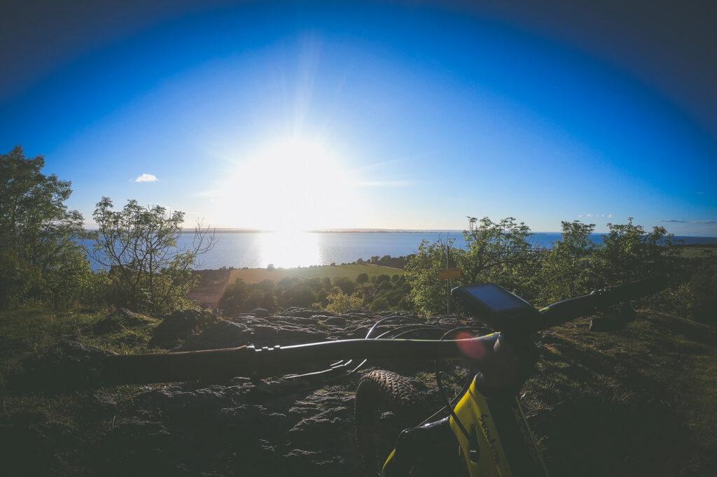 Cykelstyre med en fins solnedgång vid grännaberget i småland