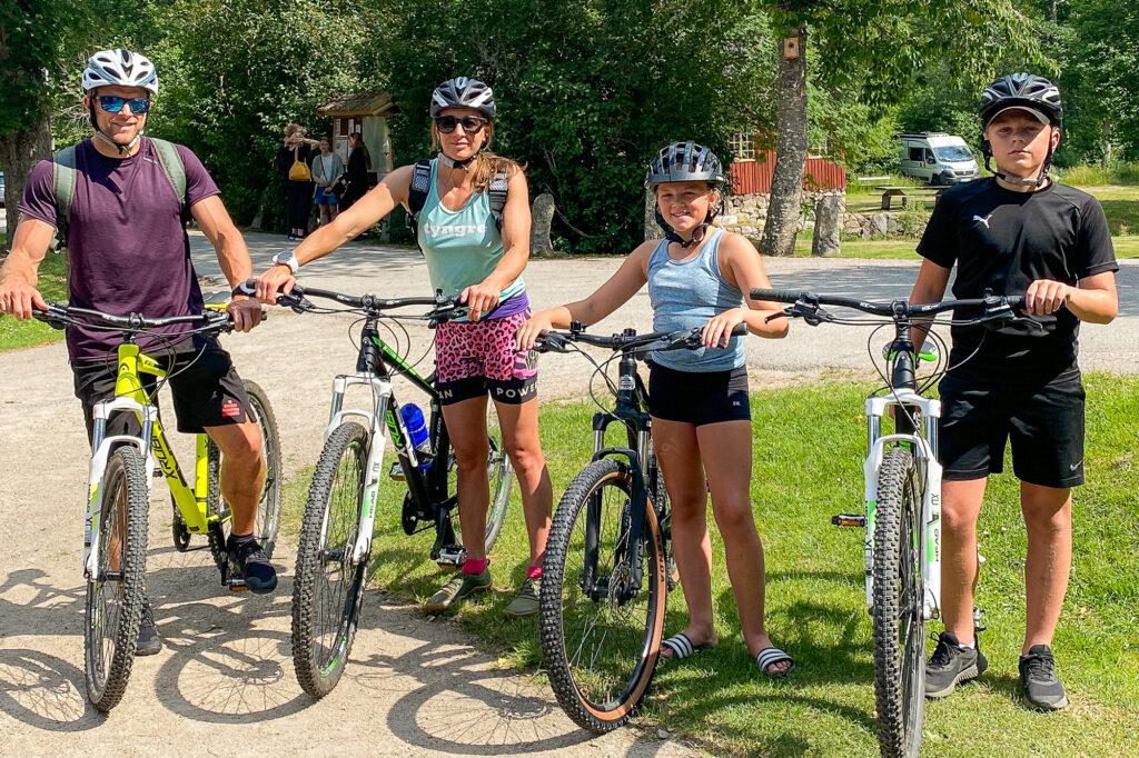 Team Lost med barn har varsin cykel och hjälmar på sig och ska bege sig ut på en cykeltur