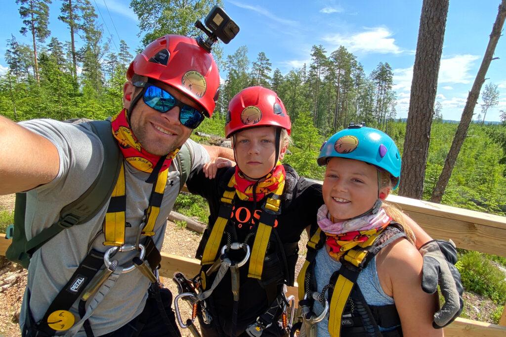 Patrik Widell och hans två barn ska åka zipline vid little rock lake, de har hjälmar och klättersele på sig