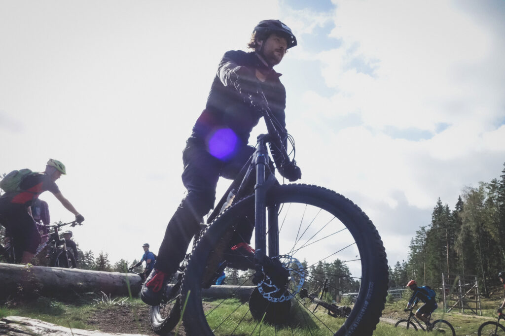 Mountainbike cycklist cyklar med solen i ryggen