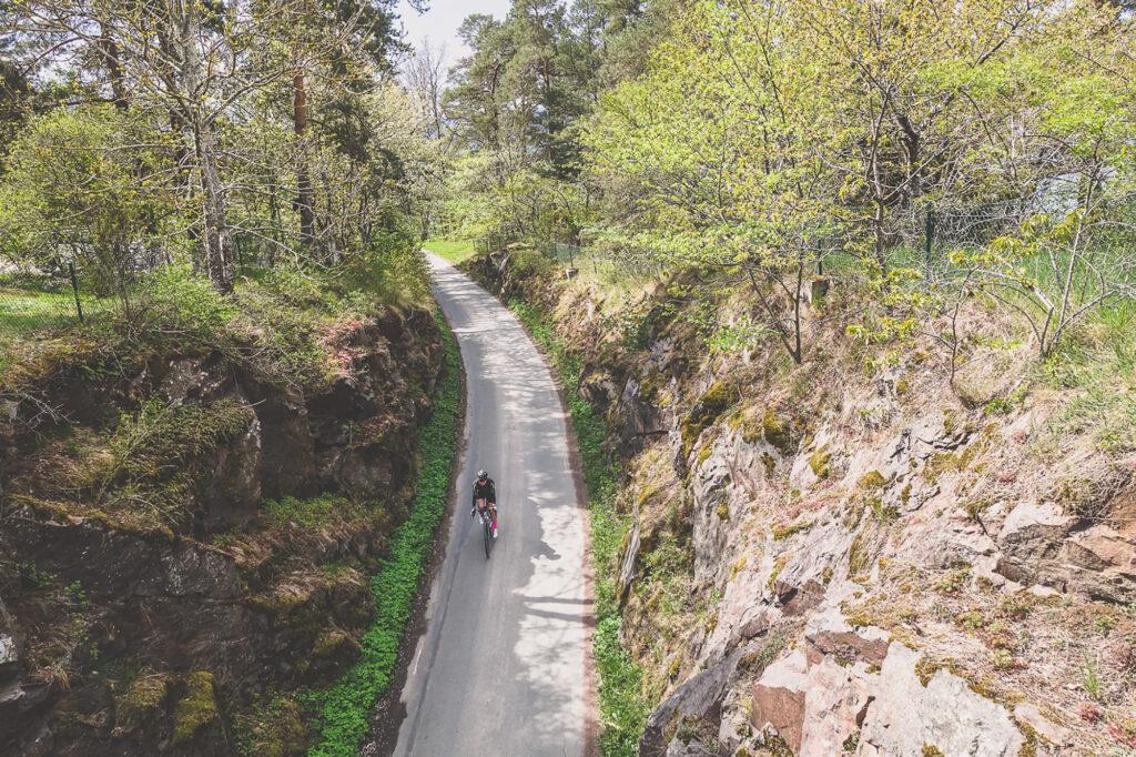 Elna Dahlstrand flyger nedför en backe på cykel vid Vista Kulle i Småland
