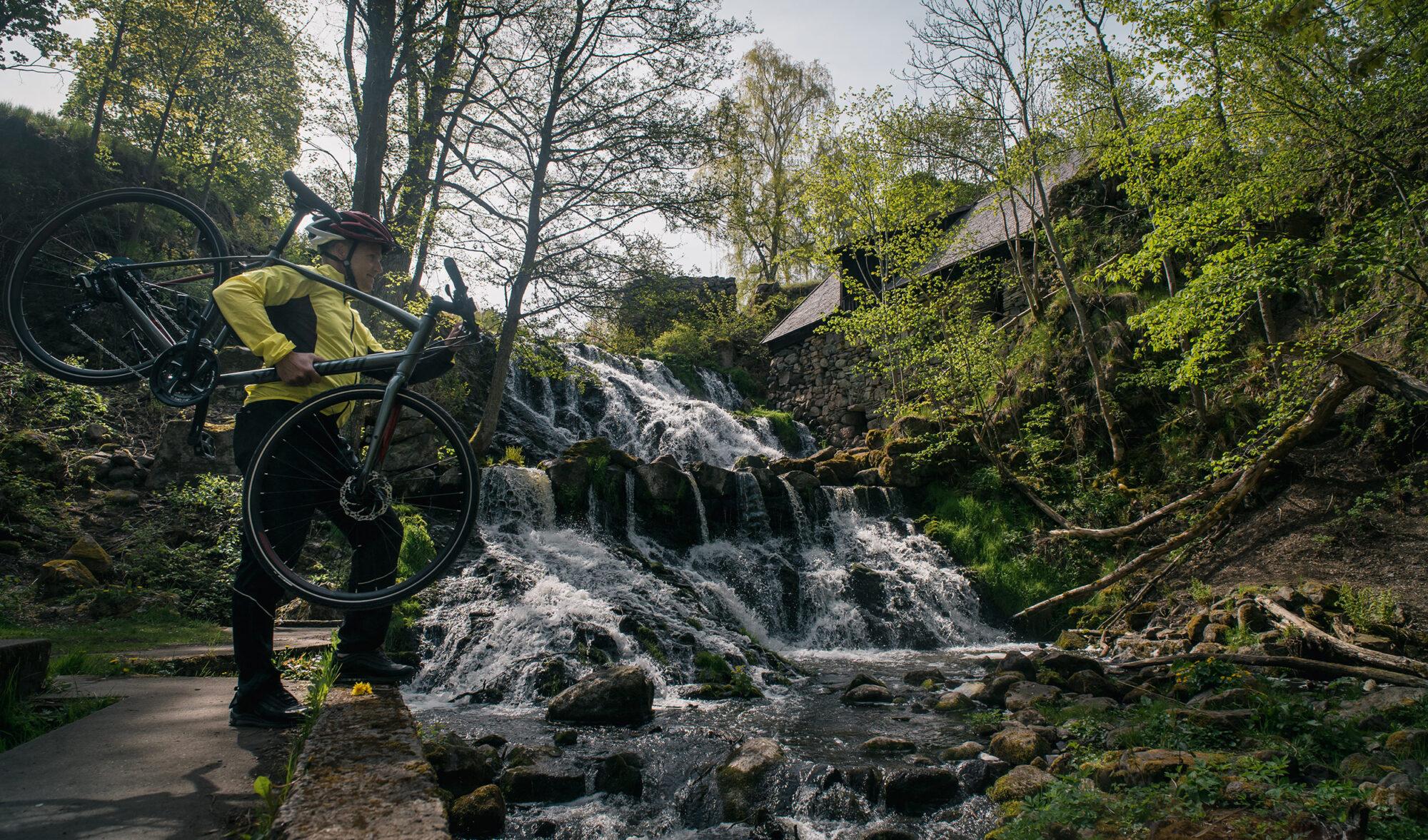 Bild på ett vattenfall med cyklist.