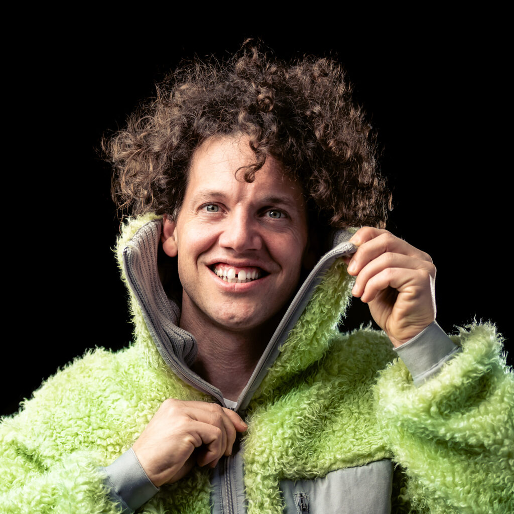 Bild på Nassim Al Fakir i en grön fluffig tröja.